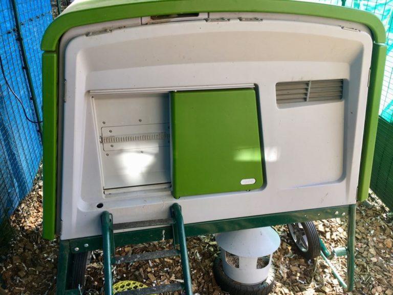 Grønt Eglu Cube hønsehus med automatisk dør fra Omlet